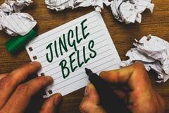 Conceptuele hand die tonend Jingle Bells schrijven Mens van het Kerstmislied van de bedrijfsfototekst de beroemdste traditionele  stock afbeelding