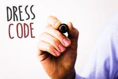 Conceptuele hand die tonend Kledingscode schrijven De Regels van de bedrijfsfoto'stekst van wat u en niet aan school of een event stock foto's