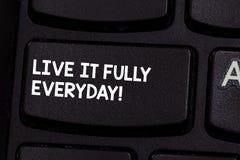 Conceptuele hand die tonend Live It Fully Everyday schrijven De bedrijfsfoto demonstratie optimistisch is geniet het levens van G stock afbeeldingen