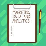 Conceptuele hand die tonend Marketing Gegevens en Analytics schrijven Bedrijfsfototekst statistisch de analyseblad van de Reclame royalty-vrije stock foto's