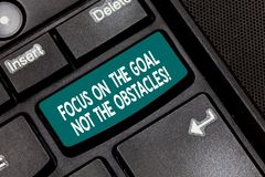 Conceptuele hand die tonend Nadruk op het Doel niet de Hindernissen schrijven De bedrijfsfototekst wordt bepaald om te verwezenli stock afbeelding