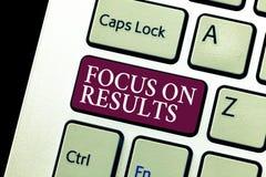 Conceptuele hand die tonend Nadruk op Resultaten schrijven Bedrijfsfototekst die op bepaalde actiesaanwinsten en doelstellingen d royalty-vrije stock fotografie