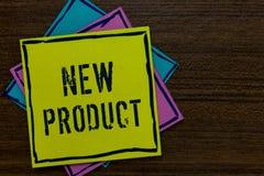 Conceptuele hand die tonend Nieuw Product schrijven Het goederen en diensten van de bedrijfsfototekst dat in hun kenmerkendocumen royalty-vrije stock afbeeldingen