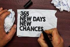 Conceptuele hand die tonend 365 Nieuwe Dagen Nieuwe Kansen schrijven Bedrijfsfototekst die een andere de Kansenhand beginnen van  royalty-vrije stock afbeeldingen