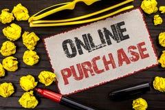 Conceptuele hand die tonend Online Aankoop schrijven De bedrijfsfototekst koopt dingen op het net gaat winkelend zonder huis te v royalty-vrije stock foto