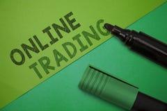 Conceptuele hand die tonend online Handel schrijven Bedrijfsfoto demonstratie Kopende en verkopende activa via een makelarij Inte stock afbeeldingen