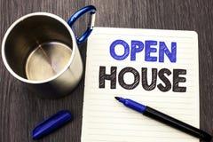Conceptuele hand die tonend Opendeurdag schrijven Het Bezit van het bedrijfsfoto demonstratiehuis de Woon Binnenlandse Buiten Bou stock foto's