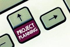 Conceptuele hand die tonend Project Planning schrijven De programma's van de bedrijfsfototekst zoals Gantt grafieken om rapport t stock afbeelding