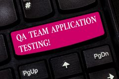 Conceptuele hand die tonend Qa Team Application Testing schrijven E stock foto