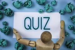 Conceptuele hand die tonend Quiz schrijven Onderzoek van de de Testsevaluatie van de bedrijfsfototekst het Korte om uw geschreven stock foto