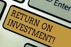 Conceptuele hand die tonend Rendement van Investering schrijven De bedrijfsdiefototekst meet de aanwinst of het verlies op wordt  royalty-vrije stock foto's