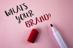 Conceptuele hand die tonend schrijven wat Uw Merkvraag is De bedrijfsfoto demonstratie bepaalt Individueel handelsmerk identifice royalty-vrije stock fotografie