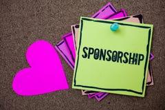 Conceptuele hand die tonend Sponsoring schrijven Bedrijfsfoto demonstrerend Persoon of bedrijf die financiële materiële steunassi royalty-vrije stock afbeeldingen