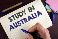 Conceptuele hand die tonend Studie in Australië schrijven Bedrijfsfoto demonstrerende Gediplomeerde van overzee universiteiten gr royalty-vrije stock foto