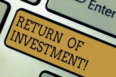 Conceptuele hand die tonend Terugkeer van Investering schrijven De bedrijfsdiefototekst meet de aanwinst of het verlies op wordt  stock foto