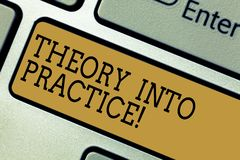 Conceptuele hand die tonend Theorie in Praktijk schrijven De Handen van de bedrijfsfototekst bij het leren passen kennis in daadw stock afbeeldingen