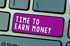 Conceptuele hand die tonend Tijd om Geld te verdienen schrijven De bedrijfsdiefototekst wordt voor Gedaane het Werk wordt betaald royalty-vrije stock foto's