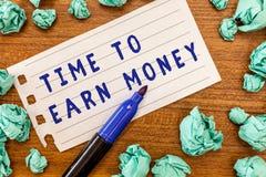 Conceptuele hand die tonend Tijd om Geld te verdienen schrijven De bedrijfsfoto demonstratie wordt Betaald voor Gedaane het Werk  stock afbeeldingen