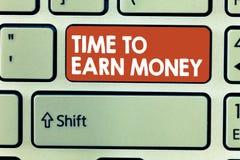 Conceptuele hand die tonend Tijd om Geld te verdienen schrijven De bedrijfsfoto demonstratie wordt Betaald voor Gedaane het Werk  stock foto's