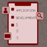 Conceptuele hand die tonend Toepassingsontwikkeling schrijven Het proces van de bedrijfsfototekst om de programma's van de comput royalty-vrije illustratie