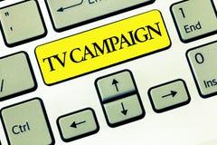 Conceptuele hand die tonend TV-Campagne schrijven De Televisie van de bedrijfsfototekst programmering veroorzaakt en betaald voor stock foto's