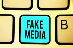 Conceptuele hand die tonend Valse Media schrijven Bedrijfsfoto die die een vorming demonstreren door brodcasters wordt gehouden g royalty-vrije stock foto's