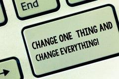 Conceptuele hand die tonend Verandering Één Ding en Verandering alles schrijven Bedrijfsfoto die Kleine wijzigingen demonstreren stock fotografie