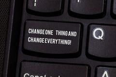 Conceptuele hand die tonend Verandering Één Ding en Verandering alles schrijven Wijzigen de Kleine wijzigingen van de bedrijfsfot stock afbeeldingen