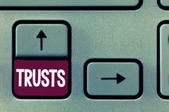 Conceptuele hand die tonend Vertrouwen schrijven De overtuiging van de bedrijfsfototekst in betrouwbaarheidswaarheid of capacitei stock foto's