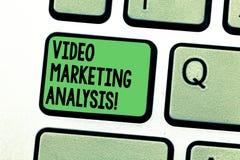 Conceptuele hand die tonend Video Marketing Analyse schrijven De software van de bedrijfsfototekst dat centraliseert en video lev stock afbeelding