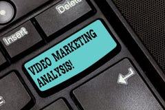 Conceptuele hand die tonend Video Marketing Analyse schrijven De software van de bedrijfsfototekst dat centraliseert en video lev royalty-vrije stock afbeelding