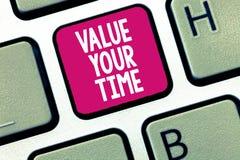 Conceptuele hand die tonend Waarde Uw Tijd schrijven De bedrijfsfoto die vragend iemand om programma te maken en te krijgen sloeg royalty-vrije illustratie