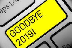 Conceptuele hand die vaarwel tonend 2019 schrijven Het Nieuwjaar Eve Milestone Last Month Celebration van de bedrijfsfototekst stock foto