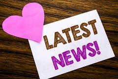 Conceptuele hand het schrijven tekst die Recentste Nieuws tonen Concept voor Vers Huidig Nieuw die Verhaal op kleverig notadocume stock foto's