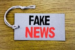 Conceptuele hand het schrijven teksttitel die Vals Nieuws tonen Bedrijfsdieconcept voor Hoax Journalistiek op prijskaartjedocumen royalty-vrije stock fotografie