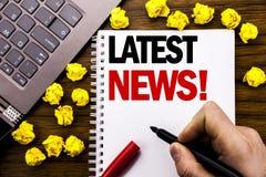 Conceptuele hand het schrijven teksttitel Recentste Nieuws Bedrijfsconcept voor Vers Huidig Nieuw die Verhaal op tabletlaptop wor stock foto's