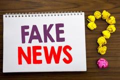 Conceptuele hand het schrijven titelinspiratie die Vals Nieuws tonen Bedrijfsdieconcept voor Hoax Journalistiek op het document v stock afbeeldingen