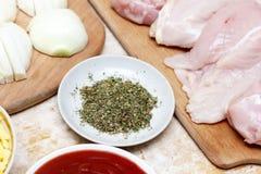 Conceptuele het huiskeuken van het fotografie kokende proces Diverse ingrediënten op houten raad De foto toont kip, kruiden, rode Stock Afbeelding