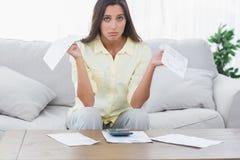 Обеспокоенная женщина делая ее учет Стоковые Изображения