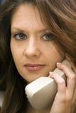 concerned женщина телефона выражения стоковое изображение rf