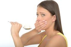 Concerned опасливая естественная молодая женщина держа ложку белого сахара Стоковое Изображение RF