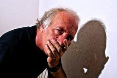 Concerned рот заволакивания человека Стоковые Фотографии RF