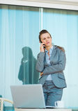 Concerned business woman talking mobile phone Royalty Free Stock Photography