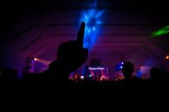 Concert chrétien de musique avec la main augmentée photographie stock libre de droits