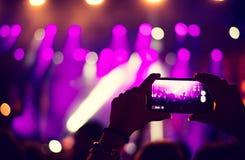 Concert d'enregistrement de fan avec le téléphone portable images stock
