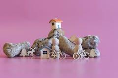 concert d'un peuple en bonne santé de mode de vie avec des bicyclettes figurines en bois des personnes avec des bicyclettes sur l photos stock
