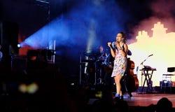 Concert de chanteur français populal Zaz sur le festival de Francofolies dans Blagoevgrad, Bulgarie 18 06 2016 Image stock