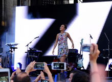 Concert de chanteur français populal Zaz sur le festival de Francofolies dans Blagoevgrad, Bulgarie 18 06 2016 Photo libre de droits