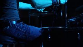 Concert de groupe de rock Batteur jouant sur l'étape clips vidéos