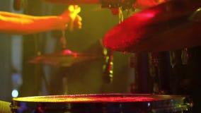 Concert de groupe de rock Batteur jouant sur l'étape banque de vidéos